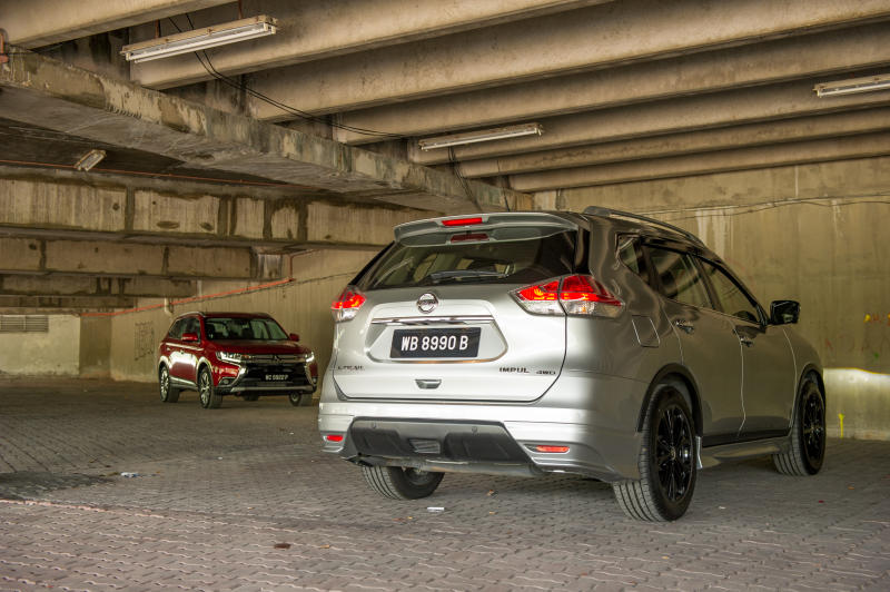 Nissan X-Trail 2.5L Impul edition and Mitsubishi Outlander (red) - 03