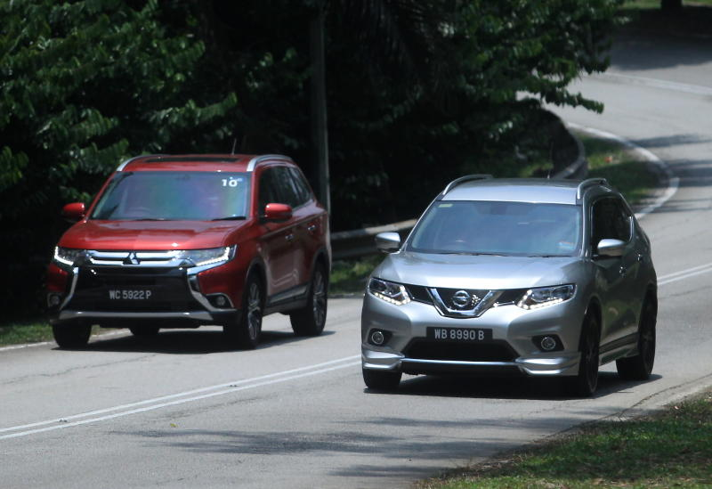 Nissan X-Trail 2.5L Impul edition and Mitsubishi Outlander (red) - 09