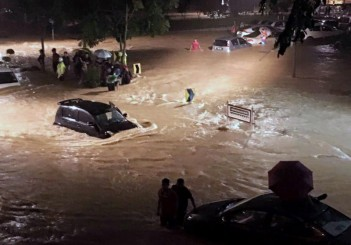 Flood from Bangsar gate to University Malaya (13 May 2016)