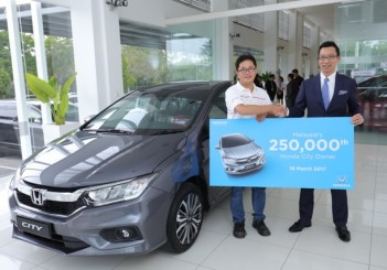 01 Honda Malaysia MD and CEO Mr Katsuto Hayashi congratulating Mr Tan Kian Hui - the owner of the 250,000th City