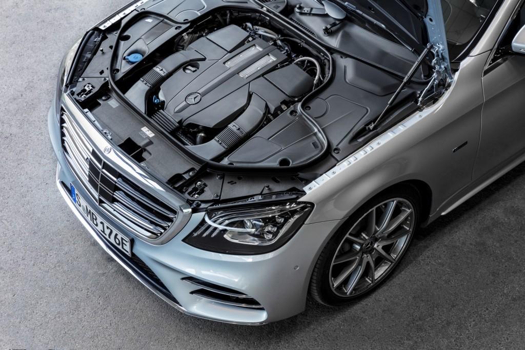 Mercedes-Benz S 560 e, Exterieur: diamantsilber, Interieur: Leder schwarz;Kraftstoffverbrauch kombiniert: 2,1 l/100 km; Elektrischer Energieverbrauch: 15,5 kWh/100 km; CO2-Emissionen kombiniert: 49 g/km* Mercedes-Benz S 560 e, exterior: diamond silver, interior: leather black;Fuel consumption, combined: 2.1 l/100 km; Electric power consumption: 15.5 kWh/100 km; Combined CO2 emissions: 49 g/km*